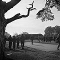 De troepen defileren langs prins Bernhard, Bestanddeelnr 255-7982.jpg