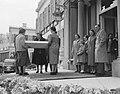Defilé langs paleis Soestdijk koningin Juliana krijgt een geschenk aangeboden, , Bestanddeelnr 907-7257.jpg
