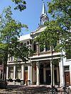 foto van Herenhuis, met links een oudere poort naar het achtererf. Drie-assige voorgevel van het type lijstgevel