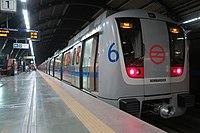 Vista dianteira de um trem do metro de Deli