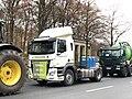 Der noch ungeschmückte Weihnachtsbaum hinter dem Brandenburger Tor und ein paar Landmaschinen 214.jpg
