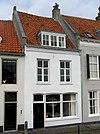 foto van Huis met gepleisterde lijstgevel met oude scheidsmuur