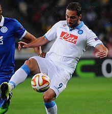 Higuaín con la maglia del Napoli in azione contro il Dnipro nell'Europa League 2014-2015