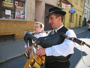 Kozioł (bagpipe) - Two Polish pipers, with the woman playing the kozioł czarny.