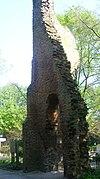 Ruïne van de toren en de grondslagen van een kerkje op de begraafplaats Eik en Duinen