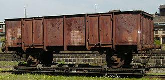 Open wagon - Twin-axled UIC Type 1 open wagon, used as an ash wagon, on a transporter wagon in Zittau