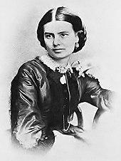 fotografia em preto-e-branco de uma mulher com cabelo escuro