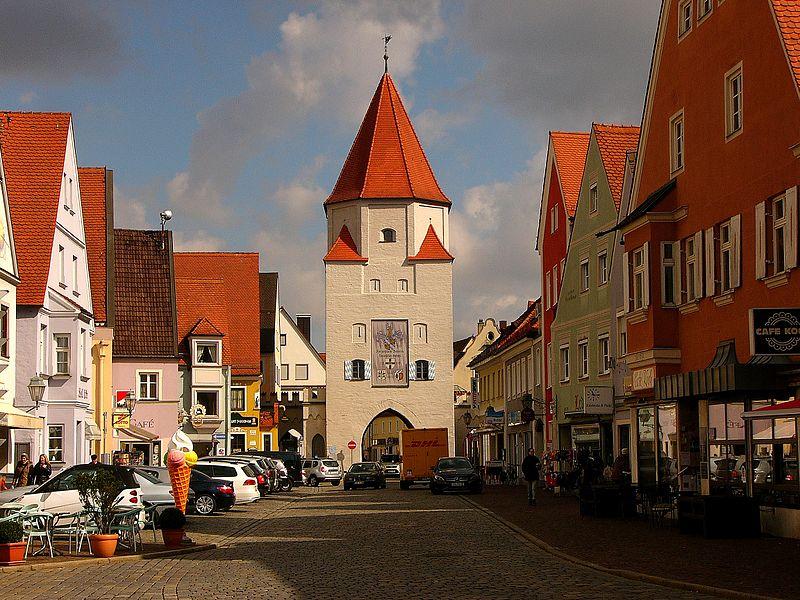File:Ensemble Stadtplatz und Oberes Stadttor (Aichach).JPG