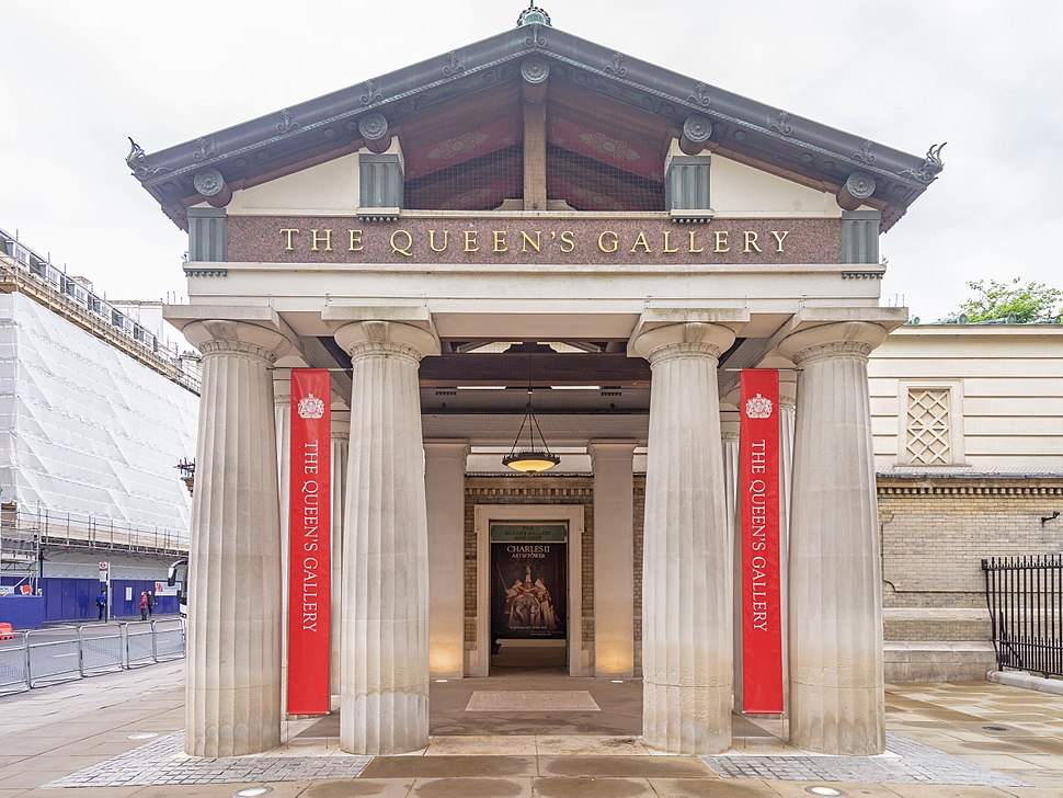 Entrance of Queen%27s Gallery, Buckingham Palace (cropped)