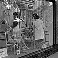 Etaleuse kleedt een etalagepop aan, Bestanddeelnr 254-0508.jpg
