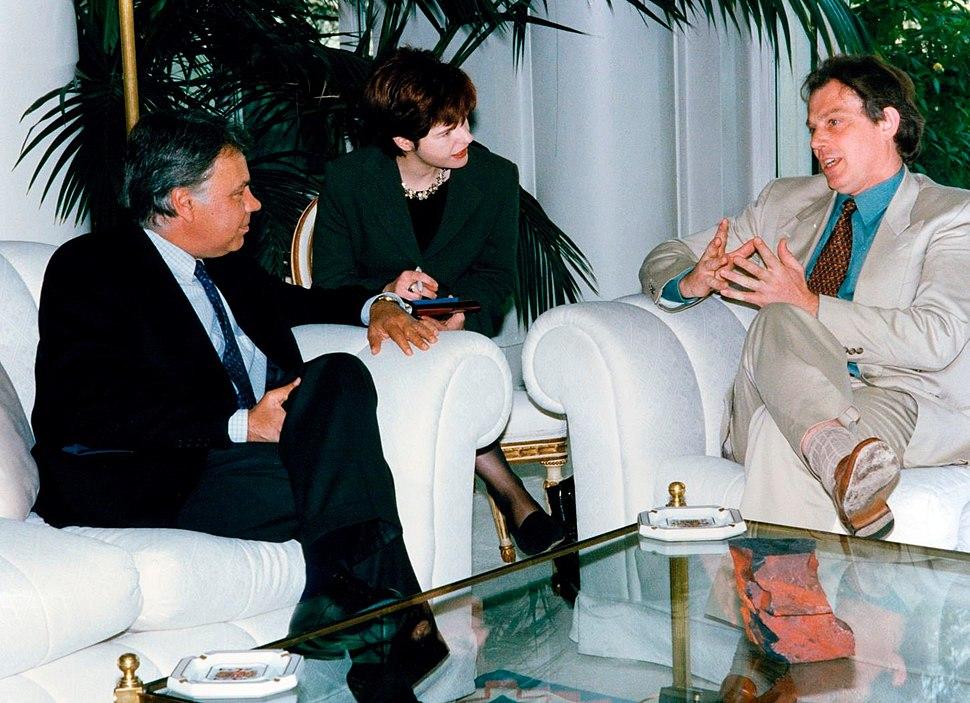 Felipe Gonz%C3%A1lez recibe al l%C3%ADder del partido laborista brit%C3%A1nico. Pool Moncloa. 9 de abril de 1996.jpeg