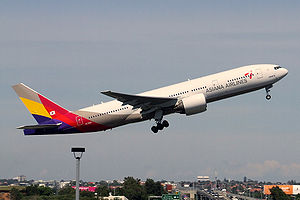 English: Asiana Airlines Boeing 777-200ER clim...