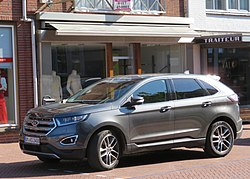 Ford Edge (2017) front three quarters.jpg