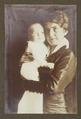 Fotografi av vänner och medarbetare. Dam med barn - Hallwylska museet - 106661.tif