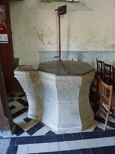 Église de Saint-Loup, Manche, France. Font-baptismal.