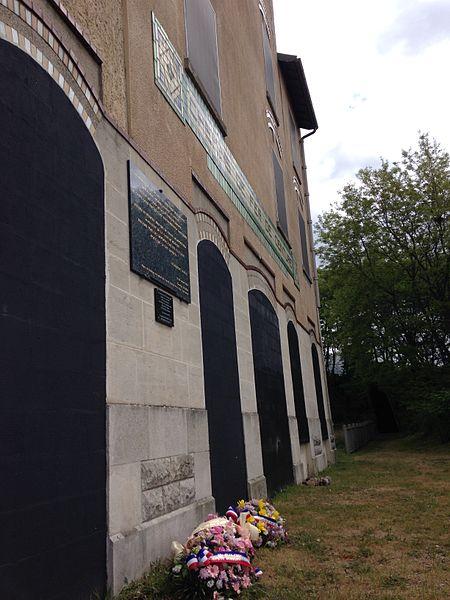 Gerbes de la commémoration de la Journée du souvenir de la Déportation le 27 avril 2014 devant la Gare de Bobigny.