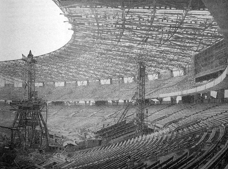 Pembangunan Stadion Gelora Bung Karno pada April 1962. Foto: Wikipedia