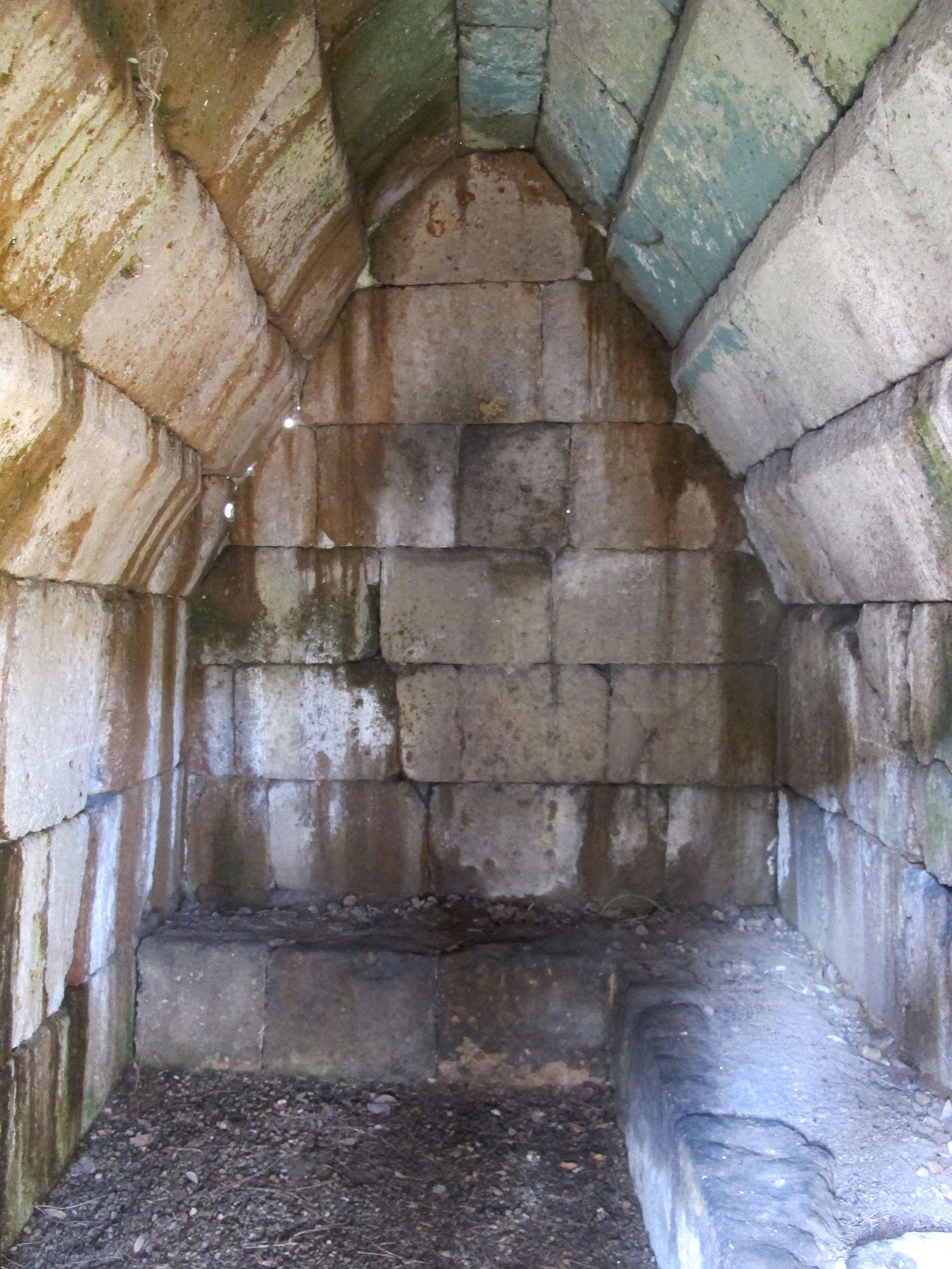 Giardino del museo archeologico, tomba del crocifisso del tufo da orvieto, VI-V sec ac., inbterno