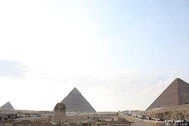 Giza pyramid complex 2010 2.jpg