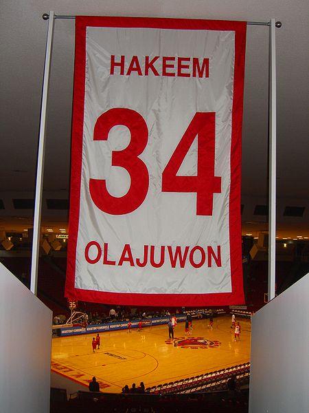 "Biographie: Hakeem ""The Dream"" Olajuwon 450px-Hakeem_Olajuwon_UH_retired_number"