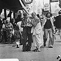Hare Krishna aanhanger spreekt voorbijganger aan in Amsterdam, Bestanddeelnr 926-4273.jpg