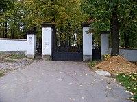 Hloubětín, hřbitov, brána.jpg