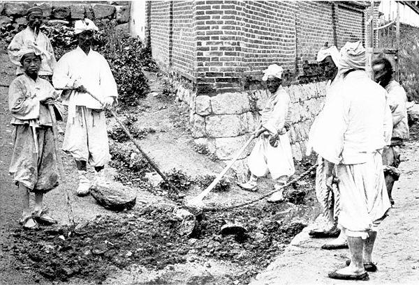 600px-How_they_shovel_dirt,_Korea_c.1900