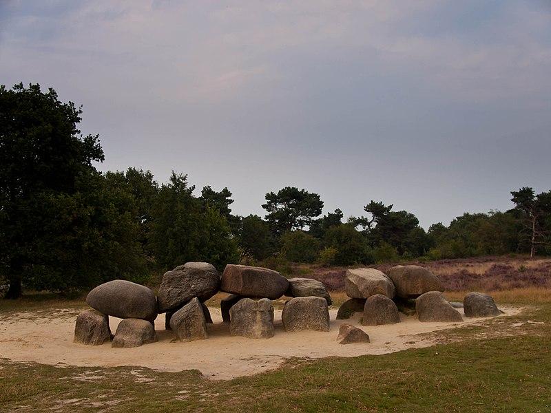 Terrein met de hunebedden d53 en d54 grafheuvels en een bron in havelte monument - Woonkeuken american ...