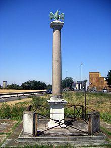 Uma coluna de cinco metros de altura com uma águia no topo