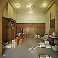 Interieur, overzicht van de rechter achterkamer met lambrisering en stucplafond - Tilburg - 20388632 - RCE.jpg