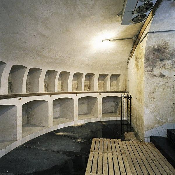 File interieur overzicht van de wijnkelder gelegen onder for Corps interieur