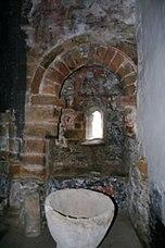 Interior iglesia, con la pila bautismal