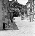 Iskola utca (Strada Scolii) a Fő tér felől nézve, háttérben a Hegyi templom (Vártemplom). Fortepan 16628.jpg