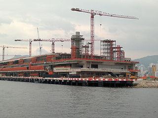 當初規劃興建啟德郵輪碼頭時,只是興建一幢完全用作郵輪碼頭的建築物,而不是一個多元化的綜合發展項目,導致其吸引力遠遜於香港另一個郵輪碼頭——尖沙咀海運大廈。 (圖片:Ceeseven@Wikimedia)