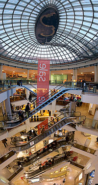 Karstadt München Glaskuppel Rolltreppen.jpg