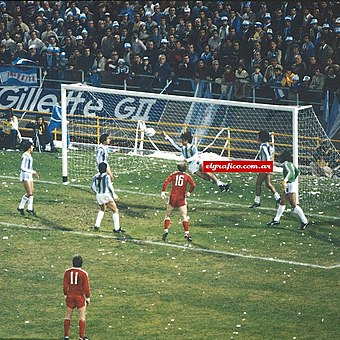 Mario Kempes saving Argentina goal with his hand so the referee awarded a penalty kick to Poland Kempes mano vs polonia.jpg