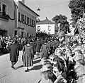 Klederdrachtgroep in de optocht bij de oogstfeesten, Bestanddeelnr 254-1887.jpg