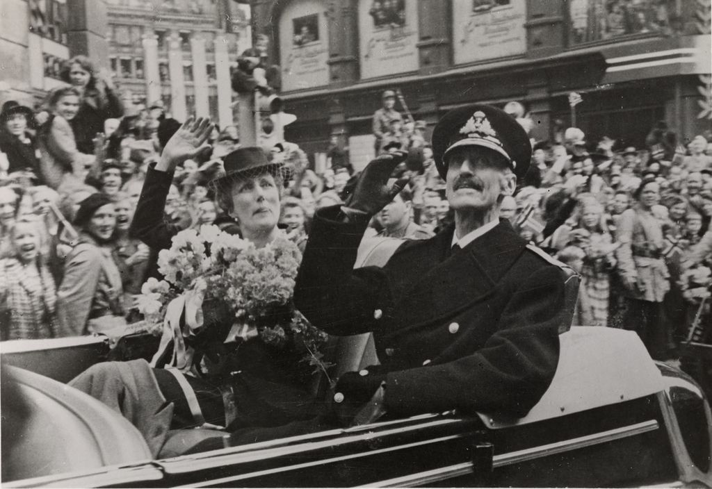 Kong Haakons hjemkomst, 7. juni 1945, Kongen og kronprinsesse Märtha i bilkortesje på Karl Johans gate, Oslo Museum, OB.F12570r - Crop.jpg
