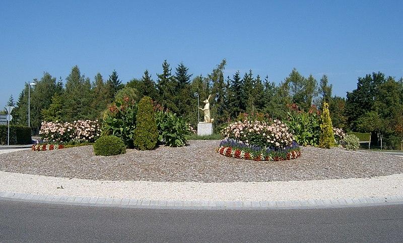 File:Kreisverkehr mit Goldhase - panoramio.jpg