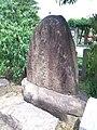 Le Temple Shintô Kadode Hachiman-gû - Le monument en pierre de Minamoto-no-Yoshitsune.jpg