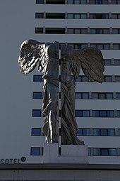Linz Nike-Statue 2013 04.jpg