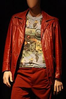 Un mannequin portant une veste et un pantalon rouge.