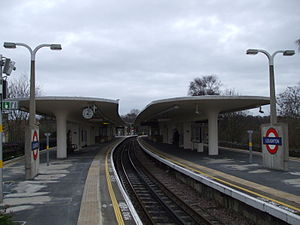 Central line (London Underground) - Image: Loughton station centre platform north