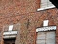 Lucheux lambrequins aux fenêtres 6.jpg