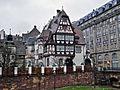 Lycée international des Pontonniers - ancienne maison de la directrice, reprenant des éléments de pan-de-bois sculpté prélevés sur la maison Katzeroller datant de 1509.jpg