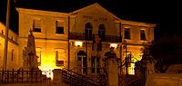 Mairie de Vendargues, de nuit.jpg