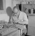 Man bezig met het zetten van Eilatsteen in ringen in een bedrijf waar deze steen, Bestanddeelnr 255-3625.jpg