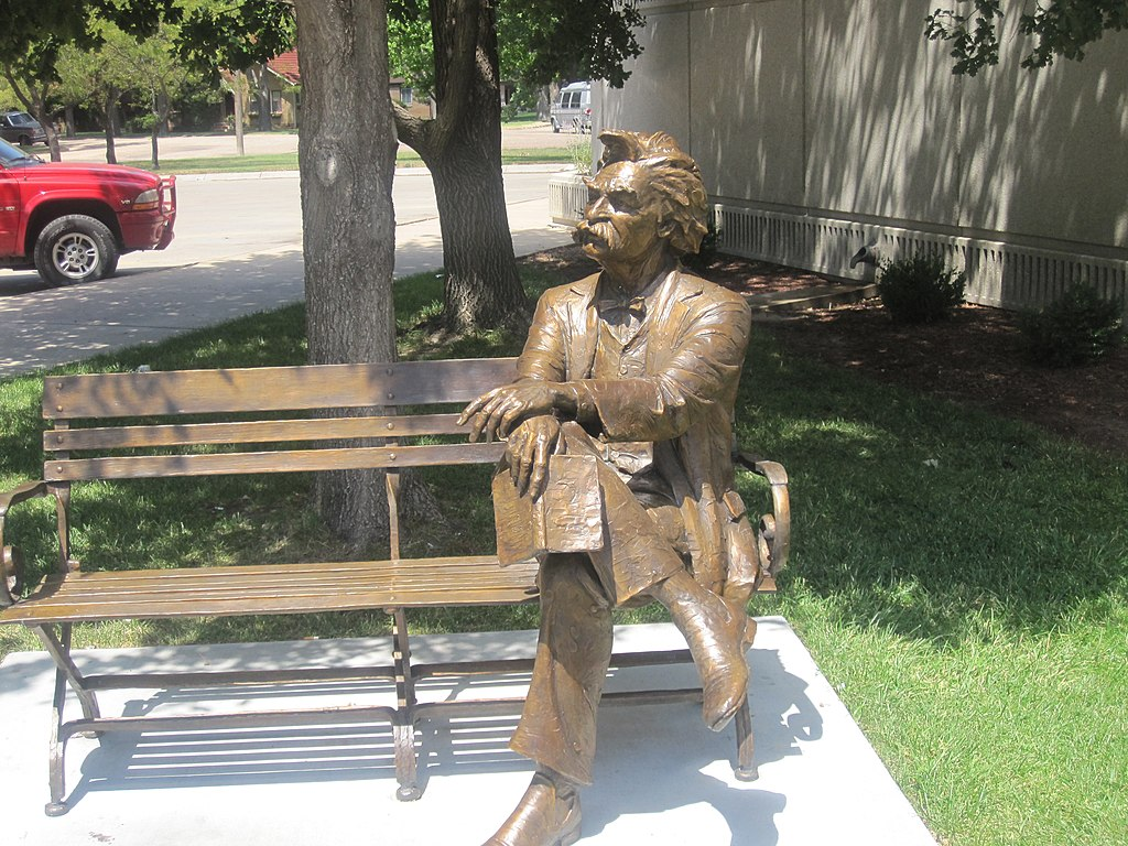 A statue of Mark Twain seated on a bench