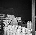 Melkfabriek man versleept de melkbussen, Bestanddeelnr 252-9453.jpg