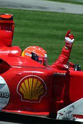Michael Schumacher célébrant sa victoire au Grand Prix des États-Unis 2004.